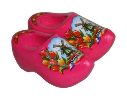 Koelkast magneet met een paar roze klompjes