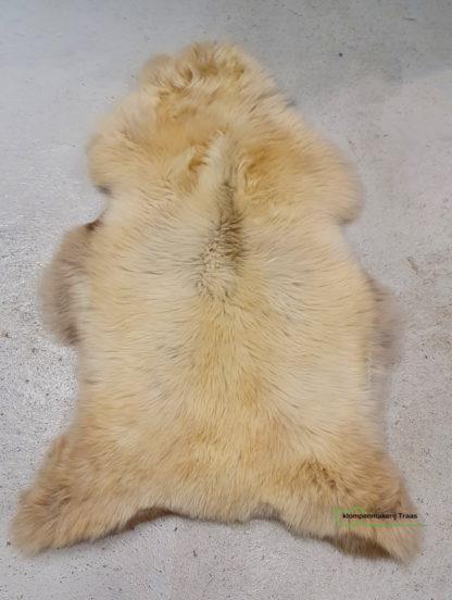 Wit gemêleerde schapenvacht met bruine vlekken