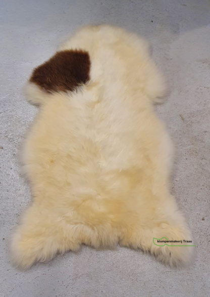 Witte schapenvacht met unieke bruine vlekken
