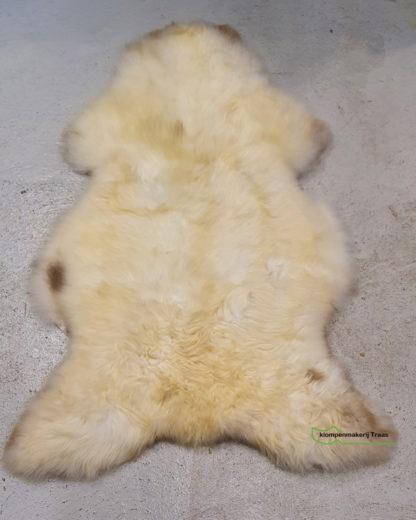 Witte schapenvacht met bruine vlekken
