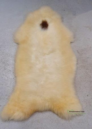 Witte schapenvacht met bruine vlek